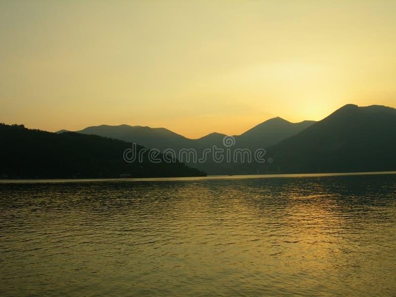 заход солнца озера стоковые изображения