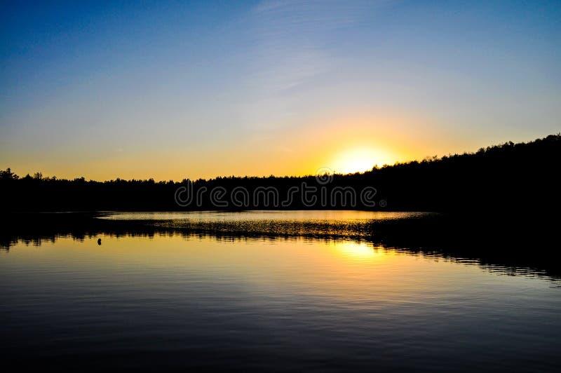 Заход солнца & озеро в Новой Англии стоковые изображения rf