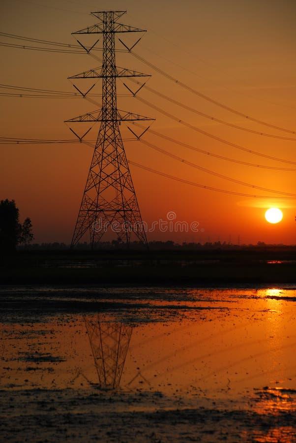 заход солнца опоры электричества стоковое изображение rf