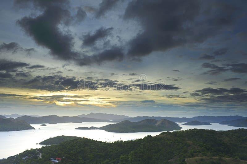 заход солнца острова coron стоковое изображение rf