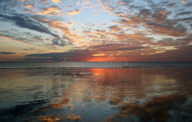 заход солнца отражения кабеля broome пляжа стоковое фото