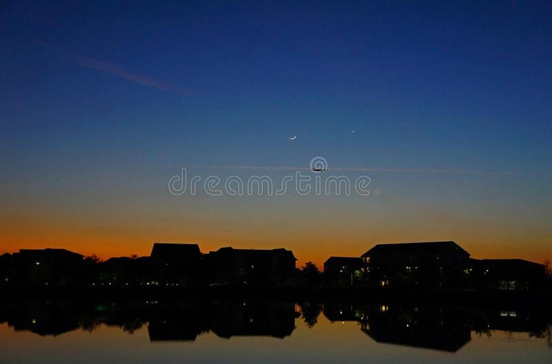 Заход солнца отраженный на воде стоковое фото rf