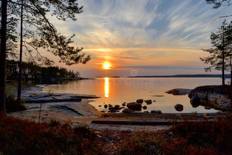 Заход солнца отразил в поверхности воды озера стоковые фотографии rf