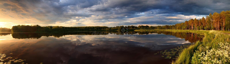 заход солнца панорамы озера стоковая фотография rf
