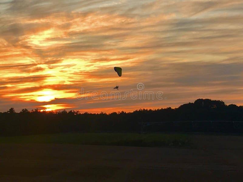 Заход солнца параглайдинга стоковое изображение rf