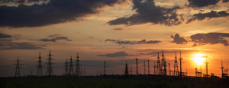Заход солнца перед грозой Энергетическая промышленность электричества и концепция природы стоковое фото