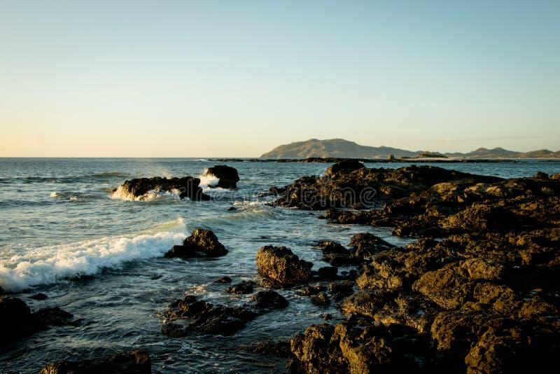 заход солнца пляжа утесистый стоковые фото