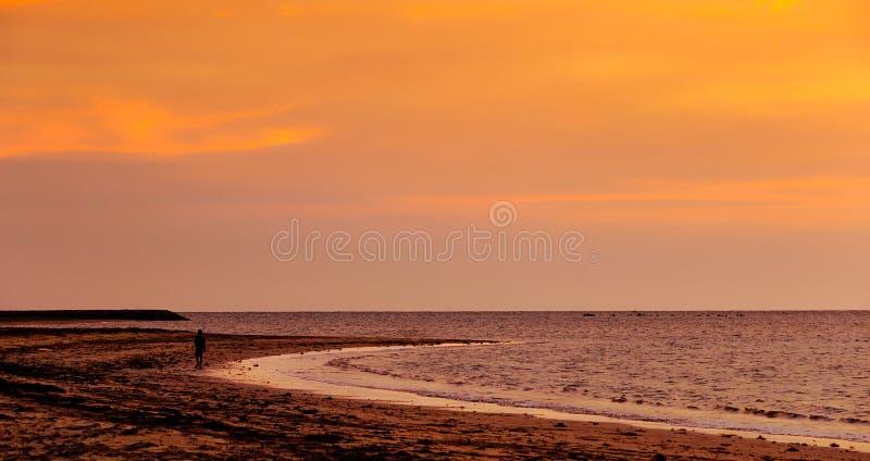 заход солнца пляжа labuan manikar стоковые изображения