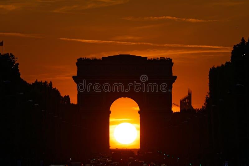 Заход солнца под Триумфальной Аркой Парижа стоковое фото rf