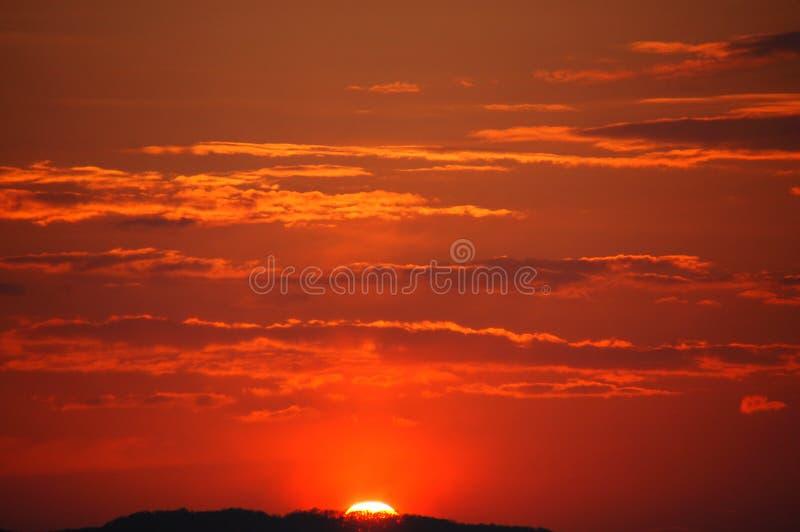 заход солнца померанца горы стоковые изображения rf