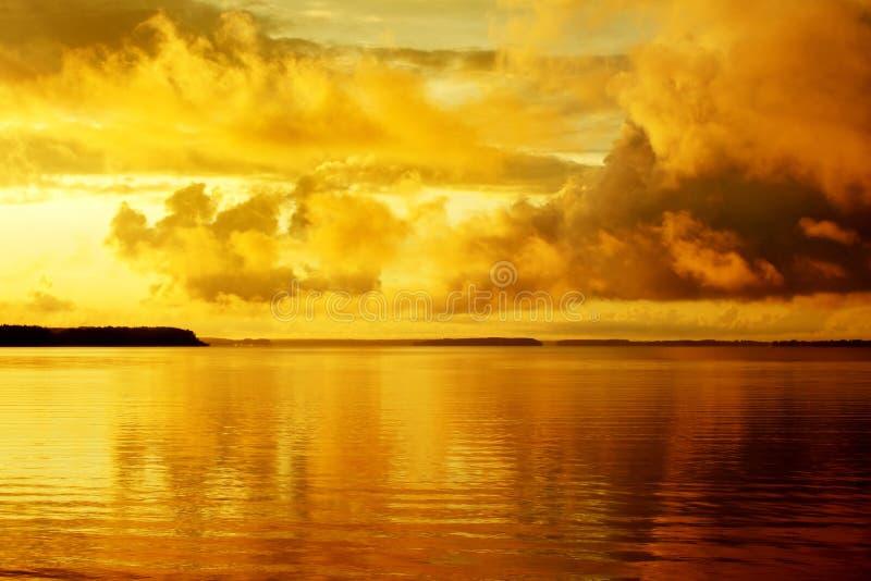 заход солнца померанца озера стоковая фотография