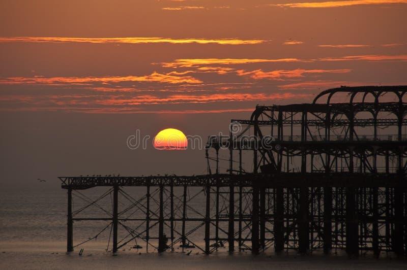 заход солнца пристани brighton западный стоковые изображения rf