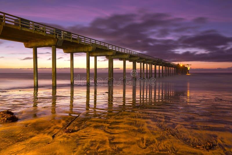 Заход солнца пристани Scripps красит пляж Сан-Диего Калифорнию берегов La Jolla стоковая фотография