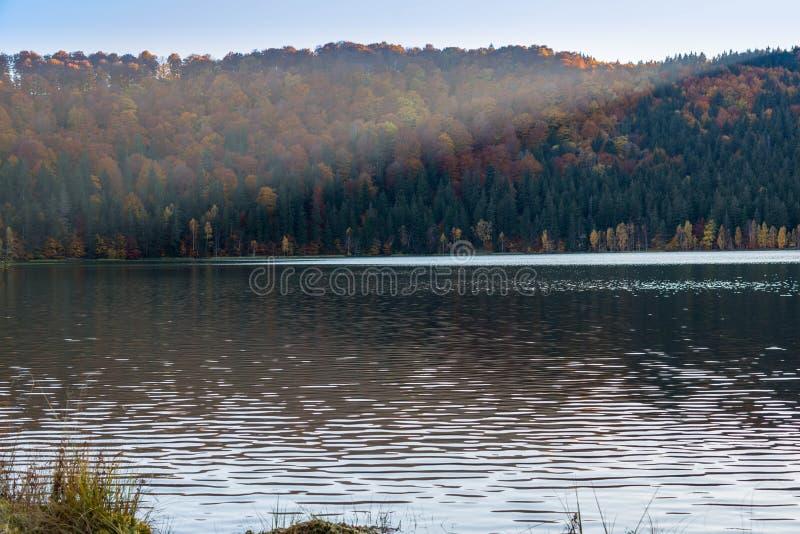 Заход солнца режа изображение в половинном, красивом уникально vulcanic озере на осени, Святом Анае озера стоковая фотография