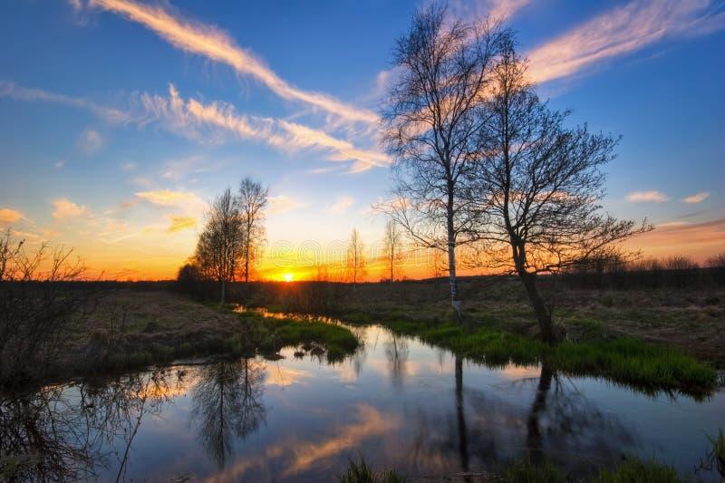 заход солнца реки поля стоковые изображения rf