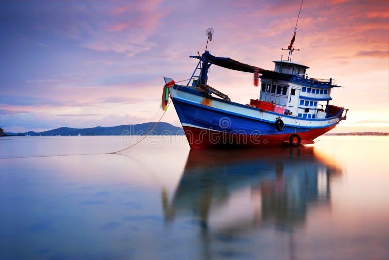 заход солнца рыболовства шлюпки тайский стоковое изображение