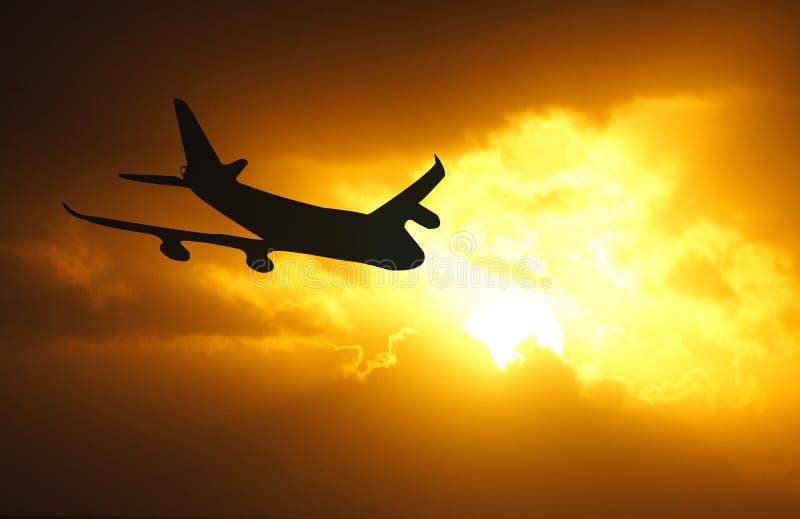 заход солнца самолета стоковые изображения rf