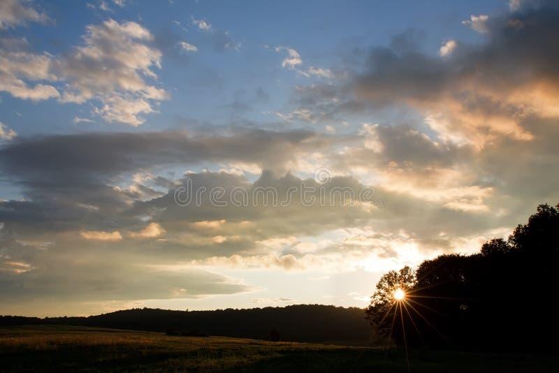 заход солнца середины заводи стоковые фото