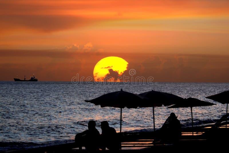 заход солнца силуэта фрегата залива стоковые фотографии rf