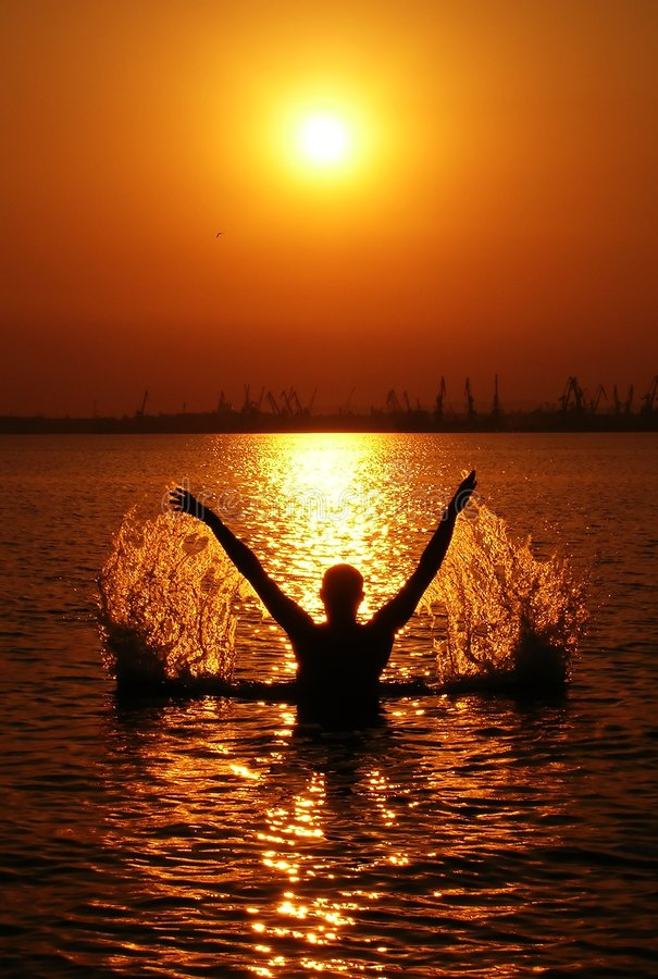 заход солнца силуэта человека стоковое изображение