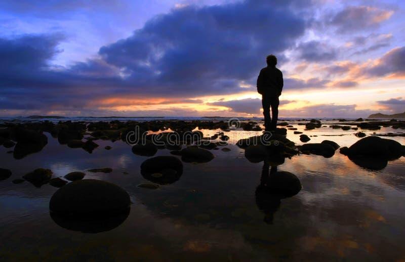 заход солнца силуэта jlookingt стоковое фото rf