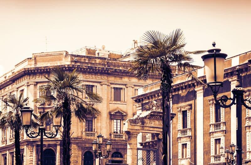 Заход солнца Сицилии на типичной улице Катании, фасада старых зданий стоковые фото
