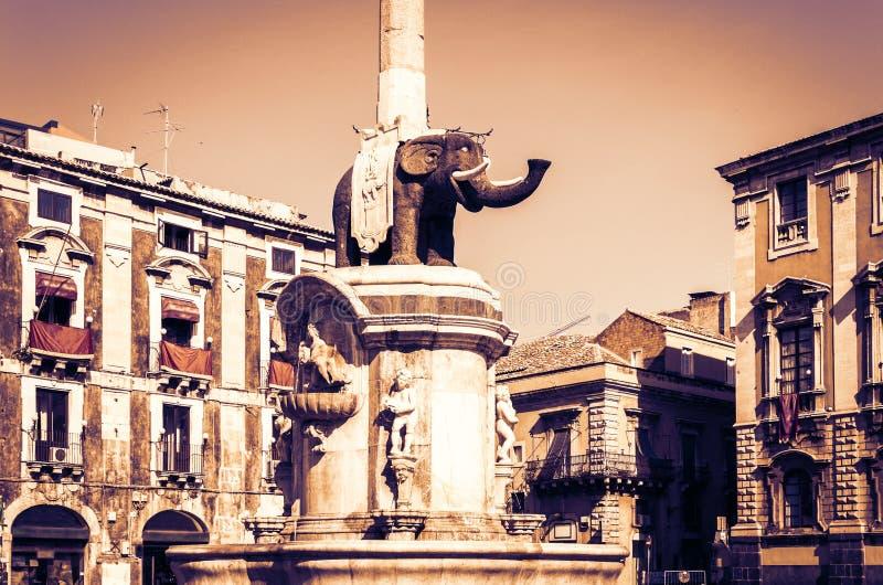"""Заход солнца Сицилии с известным ориентиром на главной площади Аркаде del Duomo в Катании, памятнике Dell Фонтаны фонтана слона """" стоковое изображение"""