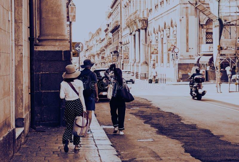 Заход солнца Сицилии с людьми идя на историческую улицу Катании стоковые изображения