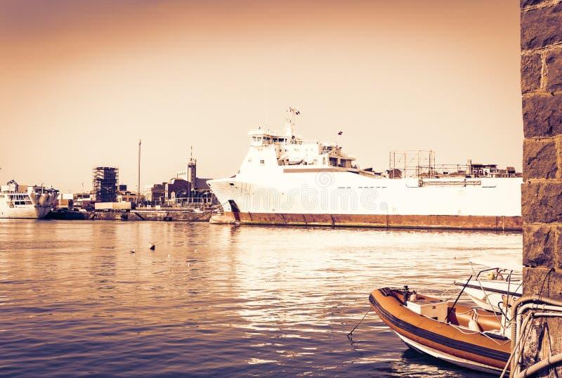 Заход солнца Сицилии, управление порта Катании, seascape с парусниками стоковое фото rf