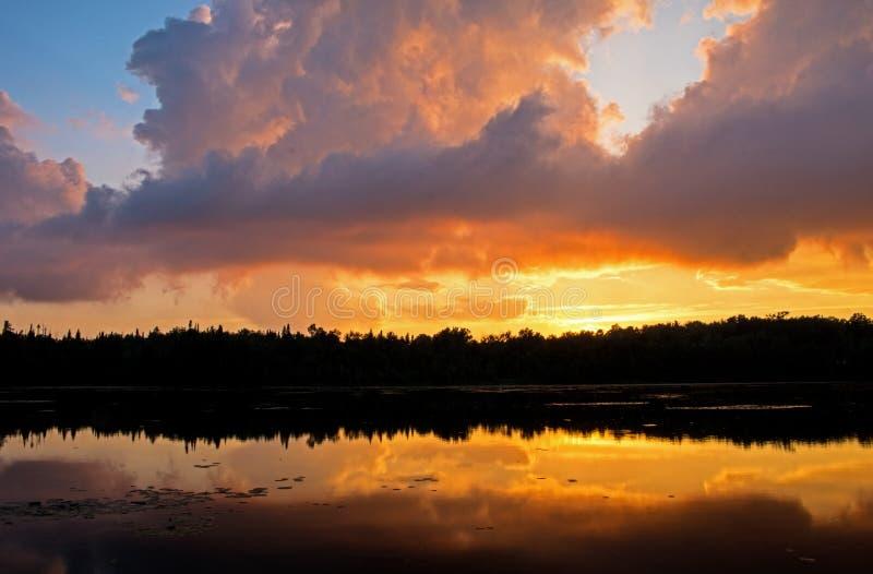 Заход солнца смешанный с обмылками облака шторма стоковое изображение