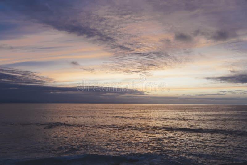 Заход солнца солнечного света на океане горизонта на атмосфере seascape предпосылки излучает восход солнца Ослабьте море волн взг стоковые изображения