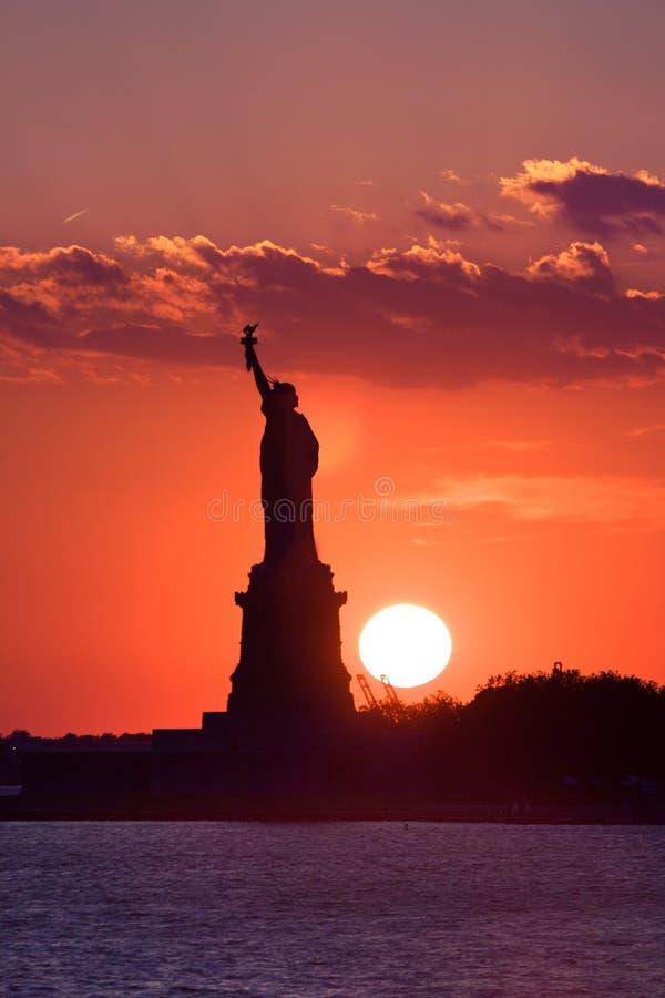 заход солнца статуи вольности стоковое изображение rf