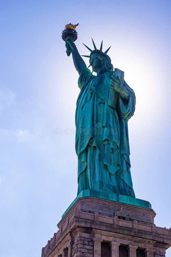 заход солнца статуи newyork вольности города стоковые изображения