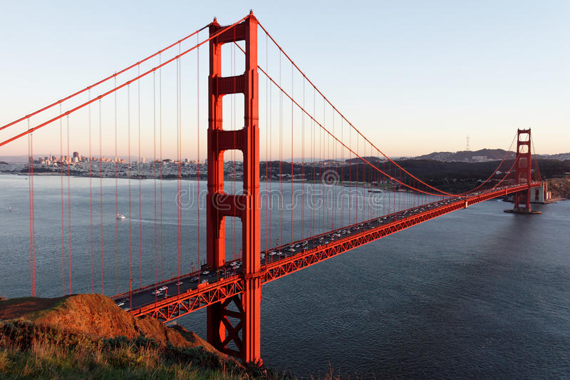 заход солнца строба моста золотистый стоковая фотография rf