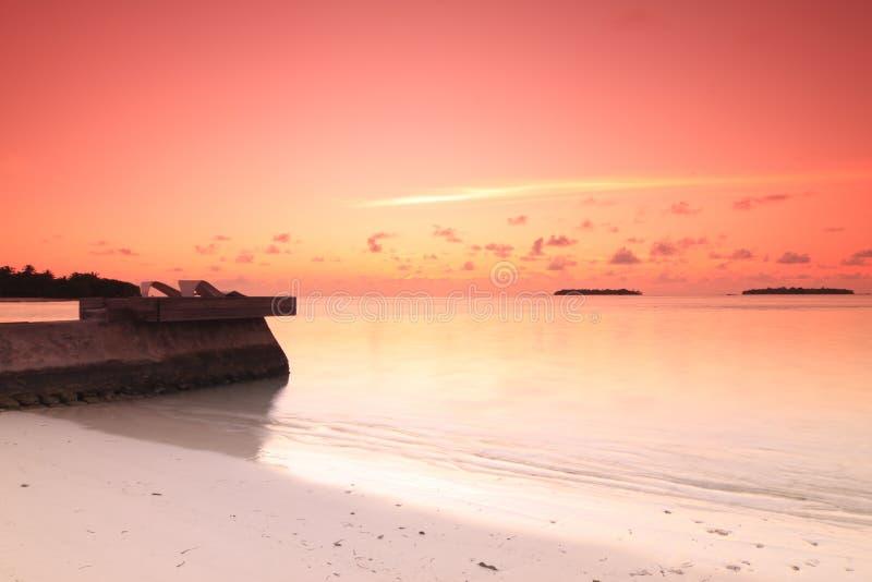 заход солнца стулов пляжа стоковое изображение