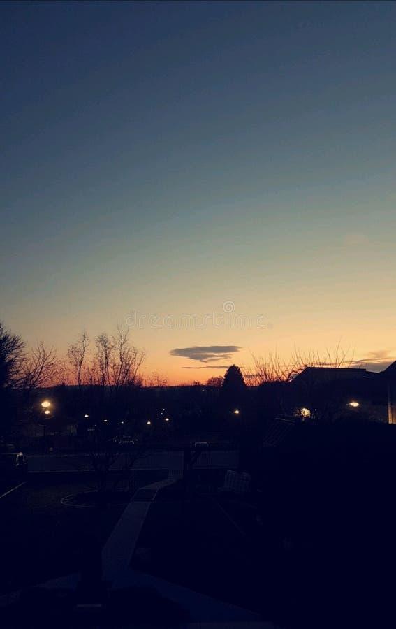 Заход солнца сумрака облака яркого неба малый стоковые изображения