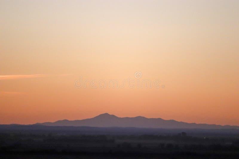 Заход солнца сумрака с горизонтом горы стоковая фотография rf
