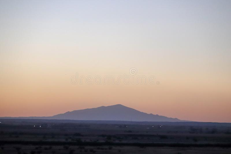Заход солнца сумрака с горизонтом горы стоковое фото rf