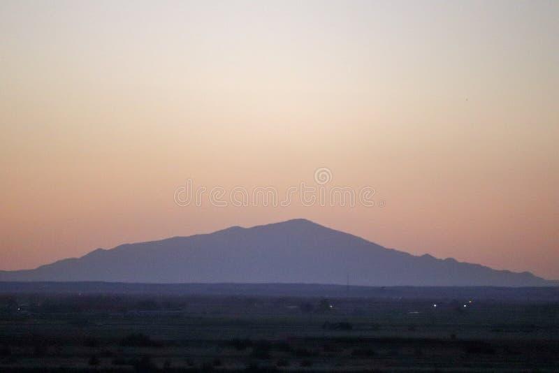 Заход солнца сумрака с горизонтом горы стоковое изображение rf
