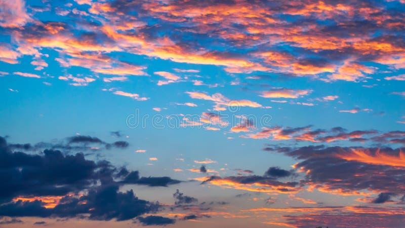 Заход солнца с голубым и розовым небом на прибрежном юге Флориде стоковая фотография