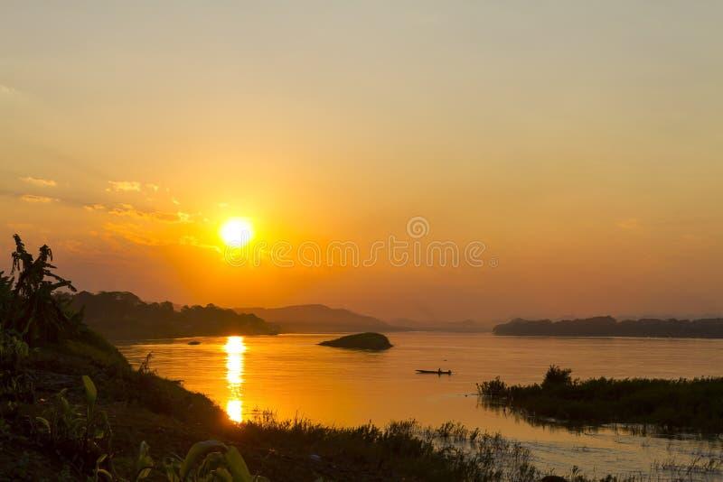 Заход солнца с золотыми светом и тенью в вечере стоковая фотография rf