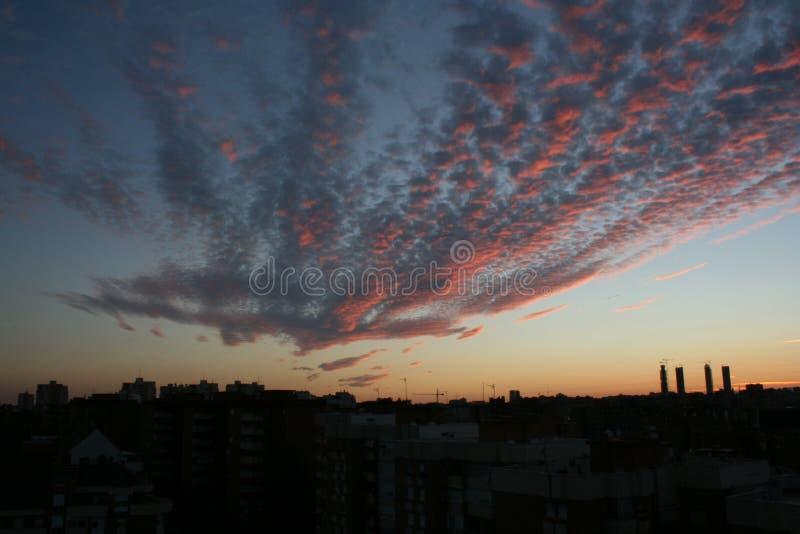 Заход солнца с красным небом в Мадриде стоковое изображение