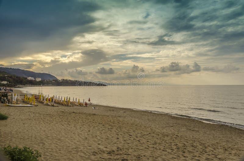 Заход солнца с облаками в пляже Cefalu стоковая фотография