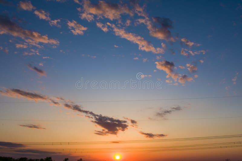 Заход солнца с элементами линии электропередач стоковое изображение rf