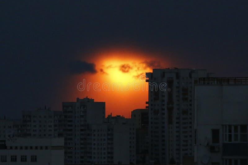 Заход солнца темноты города стоковое фото rf