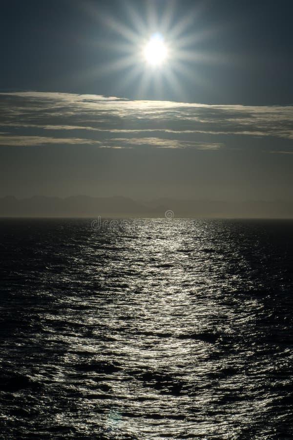 Заход солнца Тихого океана на Huntington Beach Калифорнии стоковая фотография rf