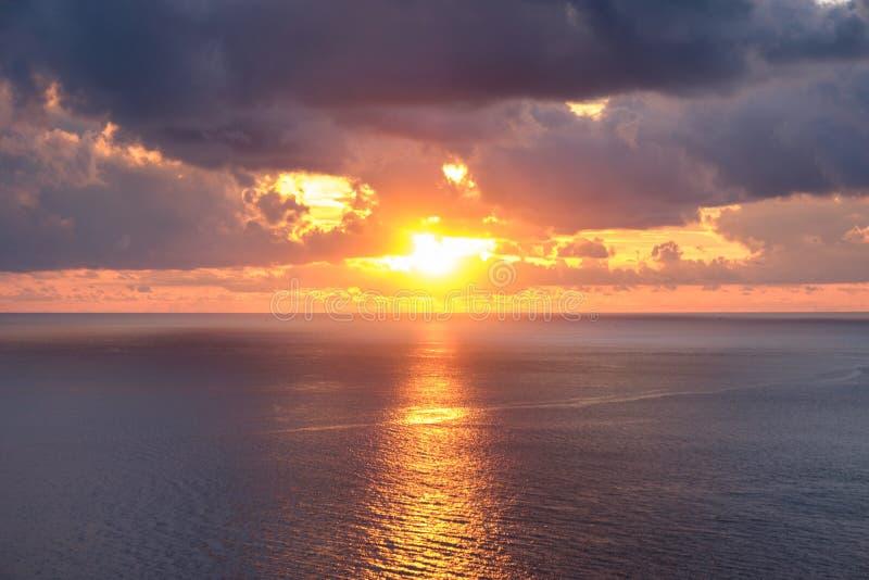 Заход солнца точки зрения красивый над морем стоковые фото