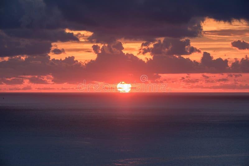 Заход солнца точки зрения красивый над морем стоковое фото