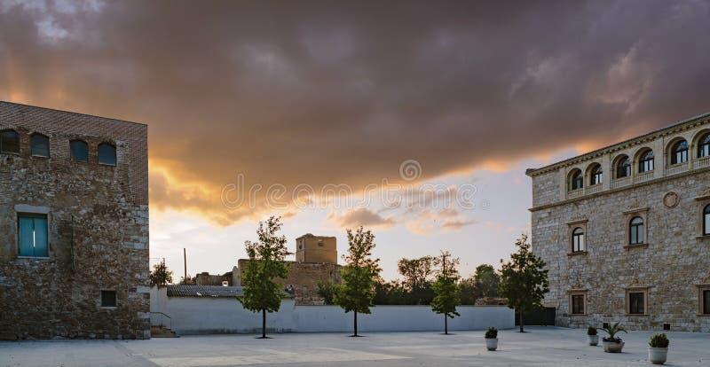 Заход солнца увиденный от двора дворца ` s архиепископа в Alcala de Henares, Испании, взгляде главного фасада стоковые фото