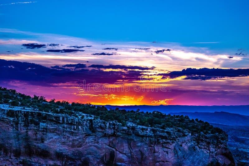 Заход солнца через ущелье каньона на памятниках в Grand Junction, Колорадо стоковое изображение rf